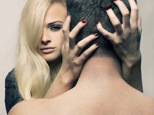 Psycho vrouw betrapt man naakt in bad met andere vent en elektrocuteert ze