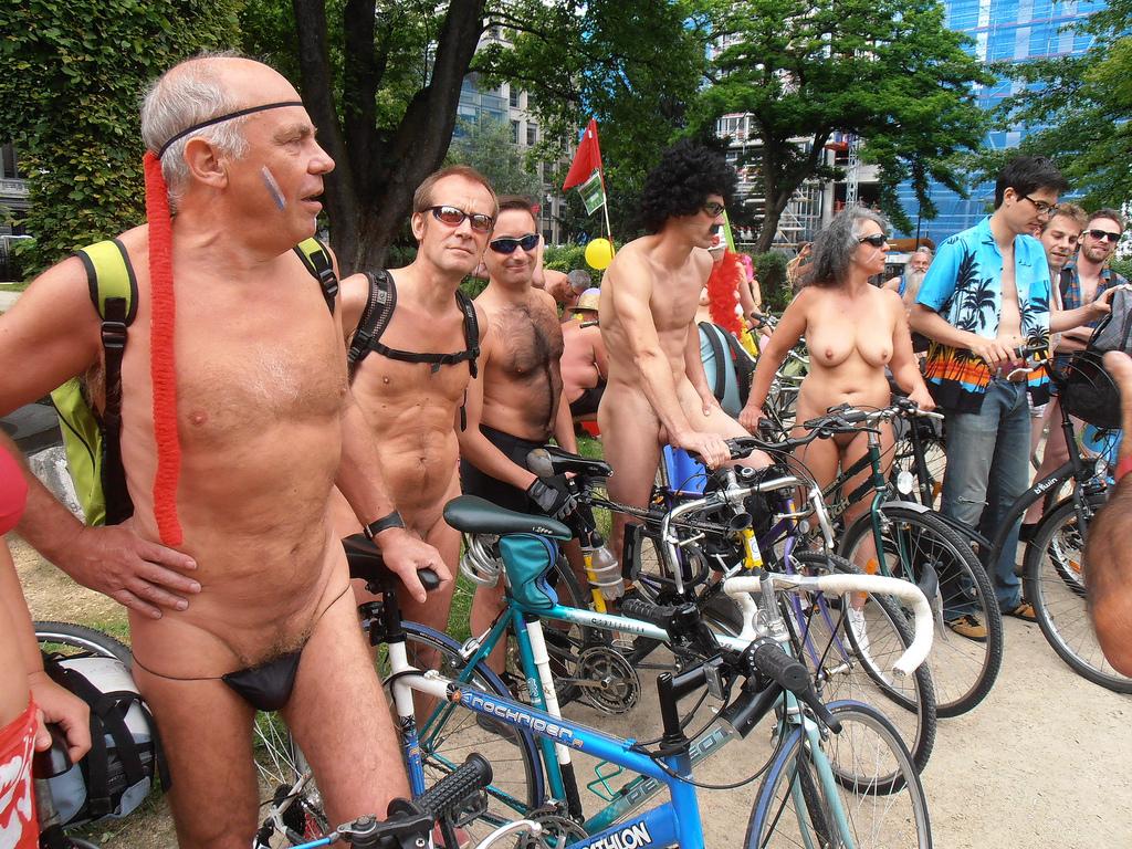 Naaktfietsers doorkruisen Brussel tijdens Cyclonudista